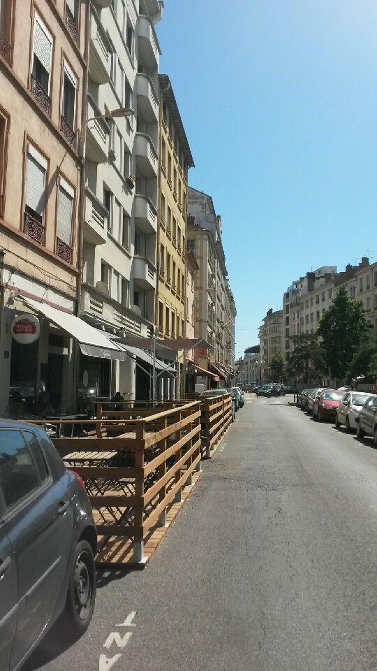rue Sébastien Gryphe en été
